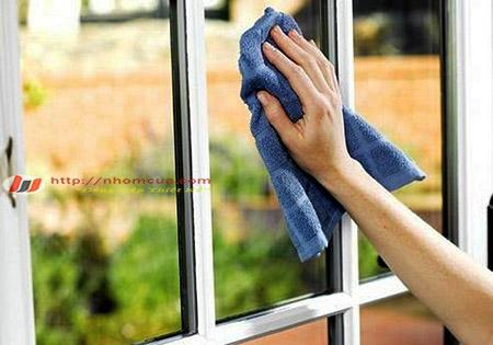Cách vệ sinh cửa nhôm kính Xingfa dính vết bẩn.